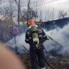 La un pas de dezastru. Gospodărie afectată de un incendiu generat de neatenția vecinului - FOTO
