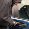 Maşină spartă de hoţi în parcarea unui supermarket din Botoșani