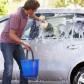 Ce riscă românii care îşi spală maşinile în faţa blocului. Amenzile pot ajunge şi la 1.000 de lei