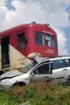 Mașină acroșată de trenul Dorohoi-Iași. Două persoane au ajuns la spital