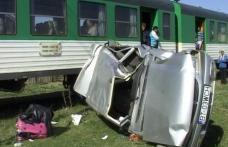 Mașina lovită în plin la Podeni de trenul personal Iași - Dorohoi