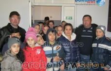"""Peste 100 de pachete împărțite de Primăria Dorohoi copiilor romi de la Școala Gimnazială """"Ștefan cel Mare"""" - FOTO"""