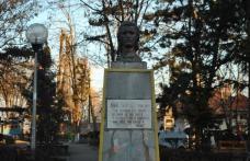 Primim la redacţie - Statuia lui Eminescu din Dorohoi, atacată cu ouă - FOTO