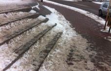 Primim la redacție: Scări necurăţate de zăpadă de la prima ninsoare căzută în Dorohoi - FOTO