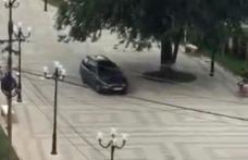 Primim la redacție - Un șmecher din Dorohoi a intrat cu mașina în zona pietonală - VIDEO / FOTO