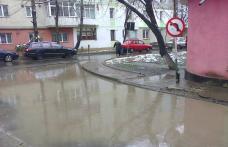 Primim la redacție – Scurgere de ape pluviale defectuoasă într-un cartier din Dorohoi - FOTO
