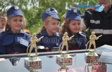 Activitate de informare și prezentare a tehnicii organizate de pompierii dorohoieni - FOTO