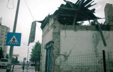 Primim la redacție - O clădire abandonată în centrul Dorohoiului, de un proprietar căruia nu-i pasă - FOTO