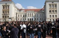 Zeci de studenţi de la UMF Iaşi, săltaţi de procurori şi duşi la audieri într-un dosar privind fraudarea examenelor