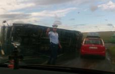 ACCIDENT! Un TIR care transporta frigidere pentru un hipermarket din Botoșani s-a răsturnat - FOTO