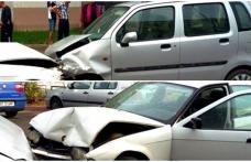 O șoferiță a ajuns la spital după un impact frontal între un Opel și un BMW