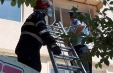 Ajutată de pompieri să intre în casă