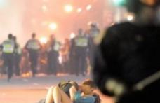 Cine sunt protagoniştii sărutului care a impresionat lumea