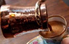 Toarnă o linguriță de apă rece în cafeaua proaspătă și așteaptă 30 de secunde. Efectul e uimitor!