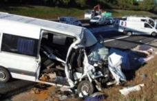 Opt români, răniţi într-un grav accident rutier, în Austria. În microbuz se aflau 18 români