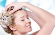 Scapă de părul gras doar adăugând asta în șampon!