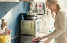 Ştiai că nu e bine să ştergi vasele după ce le speli? Microorganisme periculoase se ascund în laveta şi buretele de vase