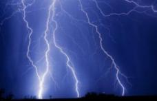 Ce să nu faci niciodată când fulgeră: Îţi poţi risca viaţa!