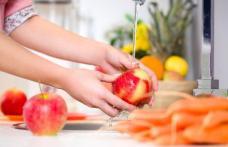 Dacă mănânci mere des, află că nu e suficient doar să le speli cu apă