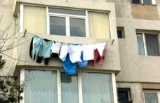 Un oraș din România interzice uscarea rufelor în balcoanele locuințelor și bătutul covoarelor în spatele blocului