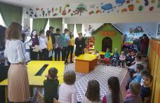 """Membrii Cercului de lectură de la Școala 7 Botoșani, în vizită la """"Piticii"""" de la Grădinița """"Albă ca Zăpada"""" Dorohoi - FOTO"""