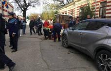 PLAN ROȘU de intervenție după ce directoarea unei școli a intrat cu mașina într-un grup de persoane din curtea școlii
