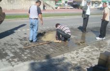 Conductă de apă spartă sub pavele