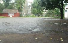 Şcoala nr.5: Directorul face apel pentru asfaltarea terenului de sport