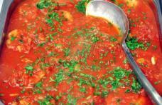 Friptură cu usturoi și sos de roșii
