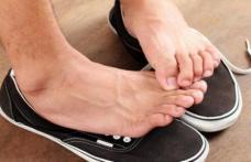 Pantofii miros după ce îi porți? Iată cel mai simplu mod de a scăpa definitiv de această problemă