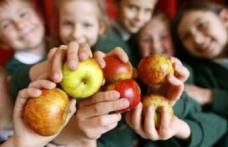Elevii vor primi la şcoală fructe şi legume proaspete. Iohannis a promulgat legea