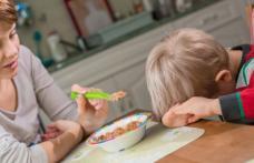 De ce este greşit să forţăm copilul să mănânce tot din farfurie. Impactul pe care-l va avea asupra vieţii lui de adult