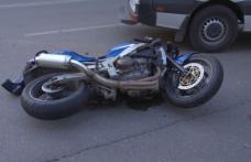 Motociclist de 25 de ani, rănit grav după ce a intrat în coliziune cu o mașină
