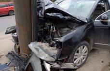 Un șofer din Dorohoi a intrat cu mașina într-un stâlp, după ce a plecat băut la plimbare