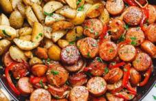 Cârnăciori afumaţi cu cartofi la tigaie