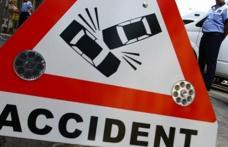 Trei persoane rănite şi mai multe bunuri distruse, într-un accident rutier