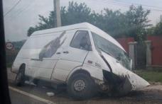 Accident! Un microbuz s-a izbit de un cap de pod