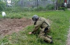 Pericol iminent! Grenadă de război, găsită pe marginea unui drum sătesc din comuna Cristinești - FOTO