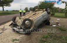 Accident cu victimă la Saucenița! O mașină scăpată de sub control s-a răsturnat în afara părții carosabile - FOTO