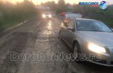 Primim la redacție – Mașină rămasă suspendată într-o gaură pe strada Horia din Dorohoi – FOTO