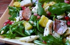 Salată de pui cu rucola, iaurt și usturoi
