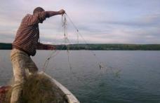 Doi bărbaţi depistaţi la pescuit pe râul Prut folosind unelte interzise
