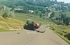 Mașină răsturnată, roți sărite, șofer rănit... Neatenția la volan duce la accidente!