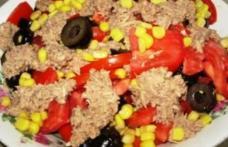 Salată de ton cu roşii şi măsline