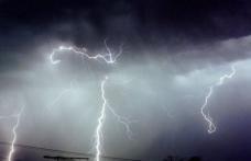 Autoritățile dorohoiene atenționează cetățenii: Nu ieșiți din casă pe timpul furtunii!
