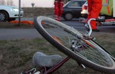 Biciclist ajuns la spital după ce nu a acordat prioritate unui autoturism