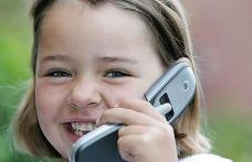 Cu telefonul lângă penar