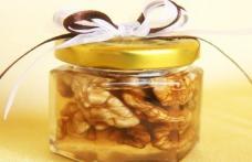 Ia în fiecare dimineaţă o linguriţă de miere cu nuci, pe stomacul gol. Efectul este uimitor!