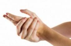 De ce îmi amorțesc degetele? Află care sunt cauzele acestei probleme!