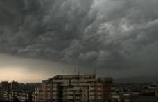 Avertizări de cod galben pentru ploi torenţiale şi grindină, până marţi. Vremea se răceşte şi va ploua în toată ţara
